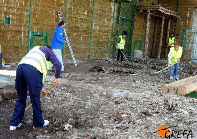 Voluntarios coordinados por GREFA limpian el jaulón de aclimatación de Huerta de Arriba donde los buitres negros marcados llevan meses viviendo.