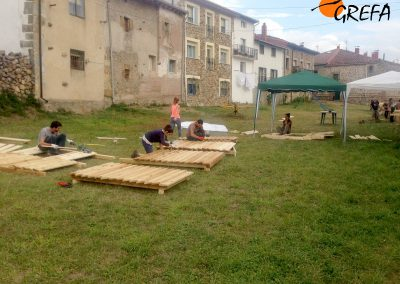 Voluntarios construyen un observatorio para facilitar las tareas de seguimiento de los buitres negros trasladados a la Sierra de la Demanda para su liberación.