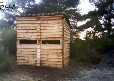 Observatorio para facilitar las tareas de seguimiento de los buitres negros trasladados a la Sierra de la Demanda para su liberación, una vez ya construido por los voluntarios.