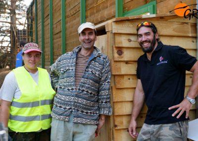 Voluntarios junto al jaulón de aclimatación de buitres negros de Huerta de Arriba (Burgos).