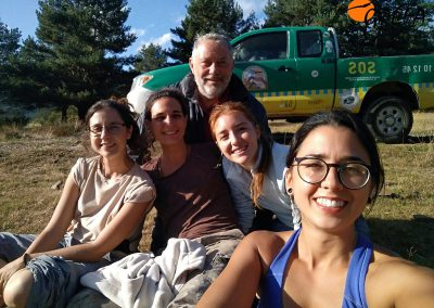 Cuatro voluntarias y un voluntario en la zona de liberación de buitres negros de Huerta de Arriba (Burgos).