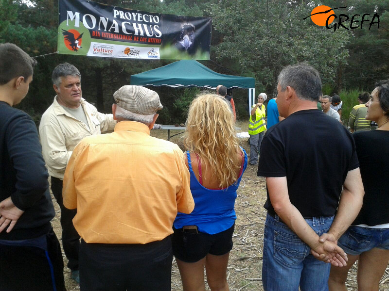 Ernesto Álvarez, presidente de GREFA, da a conocer el Proyecto Monachus a asistentes al acto celebrado en Huerta de Arriba (Burgos).